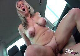Coroa no xvídeos fazendo sexo com um macho na van
