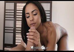 Garota novinha fudendo durante um filme pornô