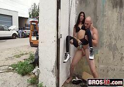 Novinha fudendo na rua com seu macho bem dotado