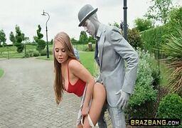 Novinha gozando no pau grande da estatua humana