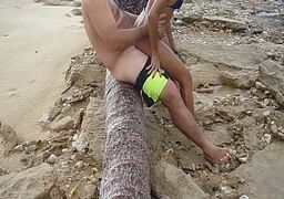 Putaria na praia com puta safada