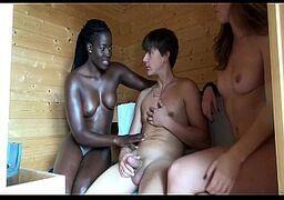 Sexo grupal na sauna loira e negra no xvideo