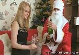 Metendo na loira vadia em dia de natal em cima do sofá