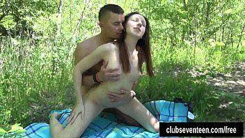 Moreninha magrinha metendo no meio do mato
