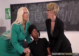 Negão passando a rola na professora que é bem gostosa