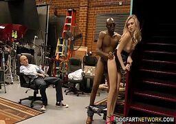Sexo interracial negão planta sua jiboia na loirinha com força