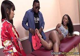 Video porno grátis duas malandrinhas levando pica gostosa do negão durante a massagem