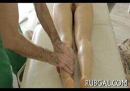 Brasileira da bucetinha super apertada dando pro dotado safado massagista