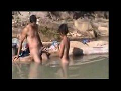 Dotado metendo na novinha e fazendo a filmagem do porno na praia