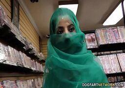 Filmes de sexo grátis muçulmana safada transando com um marmanjo através de um buraco no vestiario da loja
