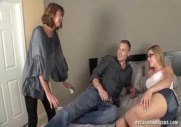Ixxx com um jovem sortudo passando a vara na filha e na mamãe coroa bem gostosa de uma só vez em cima da cama