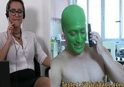 Ixxx porno com o cara vestido de mascara traçando com tudo a secretária que é uma loirona bem gostosa
