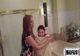 Japonesa transando com a mãe bem deliciosa no banheiro do hotel