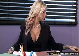 Loira gostosa fazendo sexo explicito com o chefe no trabalho