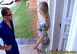 Novinha loira bem safada brasileira fudendo com o marmanjo dotado