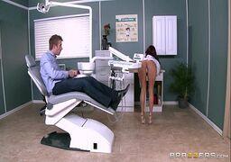 Sexo no consultorio dentista com a médica deliciosa transando com o paciente