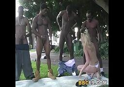 Video sex novinha loira bem safadinha no gang bang com 4 negões sedentos por bucetinha
