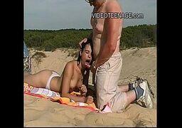 Videos porno caseiros com a novinha metendo na praia
