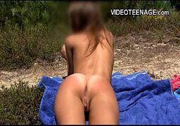 Adolescente gaucha mijando de tesão depois de se masturbar na praia