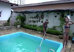 Jovem putinha brasileira pagando boquete para o limpador de piscina