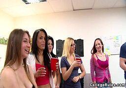 Marmanjos da faculdade transando com as alunas universitarias bem deliciosas na orgia