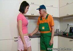 Moreninha dando pro encanador mais velho de 60 anos pronto para fuder essa buceta