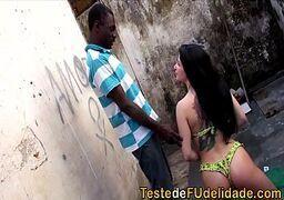 Ninfeta cuzuda brasileira dando pro fizinho negão da favela no alpendre