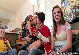 Novinha com seu amante transando na suruba das boas da faculdade