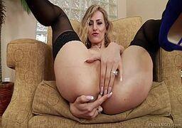 Novinha gostosa tirando a calcinha e mostrando a pepeca