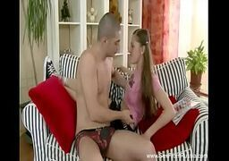 Novinha gulosa fazendo boquete pro namorado na sofá da sala