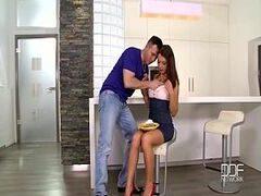 Novinha xvideos com a gostosinha de perninha arreganhada em cima do banco levando na pepeca