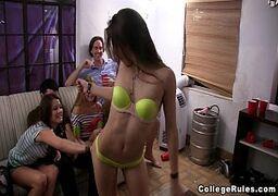 Novinhas gostosas se pegando de jeito no meio da sala em uma festinha top depois da faculdade regada de muita putaria