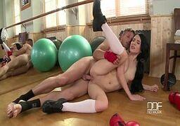 Novinhas transando bem gostoso no meio chão mesmo com seu professor de boxe