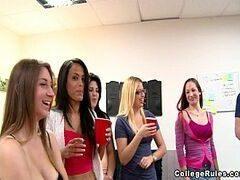 Porno teen com um monte de novinhas tudo safadinhas perdendo a linha em uma festinha de faculdade