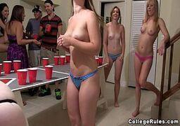 Porno xxx online com novinha bêbadas em uma festinha de faculdade que os caras safados chamam as mais putinhas