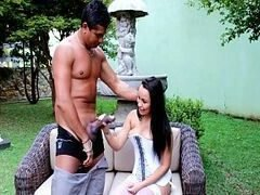 Putaria na tv brasileirinha ninfeta dando pro jardineiro no jardim da casa