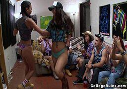 Sexlog amador com um monte de novinhas tudo sem vergonha se divertindo em uma festinha depois da faculdade