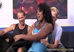 Sexo em grupo com a negra vadia metendo com os caras branquelos