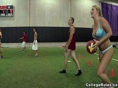 Várias peitudas loiras em sexo com os jogadores no campo de futebol