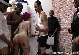 Vários machos destruindo a buceta da novinha no video de sexo pornolandia