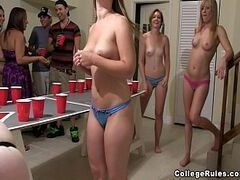Video flagra novinhas mostrando a buceta na orgia com vários dotados safados