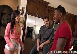 Video porno grátis de sexo delicioso com uma putinha morena bem saliente
