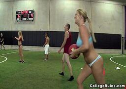 X-videos porno online com gostosas do handebol metendo com o treinador delas no meio da quadra depois do treino