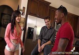 Cena de sexo online e grupal com o negão metendo o ferro na morena gostosa bem na frente do marido corno dela