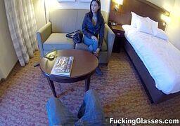 Comendo a bucetinha da cunhada num quarto de motel