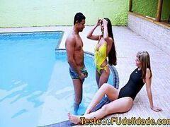 Dupla das gostosonas brasileiras fazendo sexo com o macho