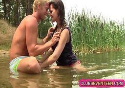 Malandra safada fazendo sexo caseiro com o macho nas margens do rio