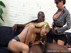 Mamãe e filhinha no x vídeo pornô transando