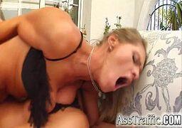 Menina gostosa tocando siririca para sensualizar os dois machos tarados e brutal em DP