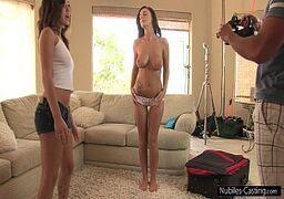 Mulheres taradas de peitos lindos se excitam e caem na rola avantajada